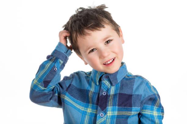 junge 5 jahre alten schuljunge kratzte sich am kopf zu denken und fragen. - fragen für jungs stock-fotos und bilder
