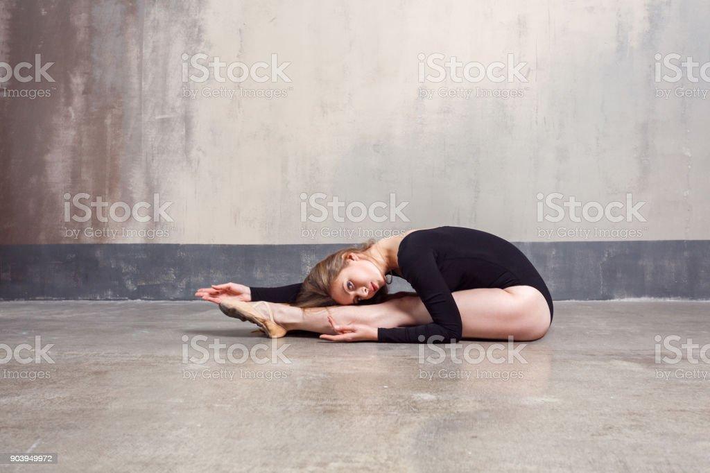 Junge Erwachsene Ballett-Tänzerin, die Übung im sitzen am Boden - Lizenzfrei Aerobic Stock-Foto