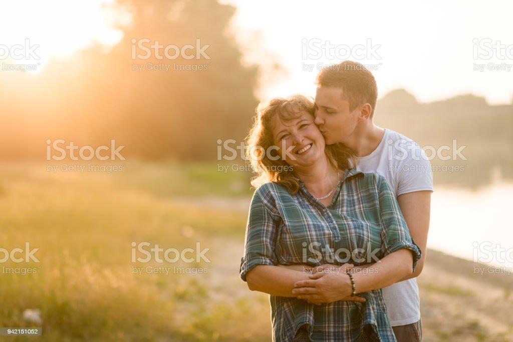 Erwachsene junge küssen seine Mutter mit Liebe – Foto
