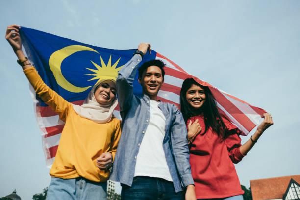 adulto novo que comemora o dia da independência de malaysia - malásia - fotografias e filmes do acervo