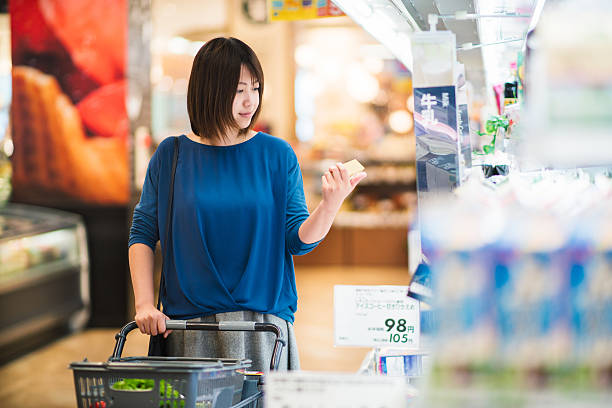 若い大人女性食料品ショッピング - 小売り ストックフォトと画像