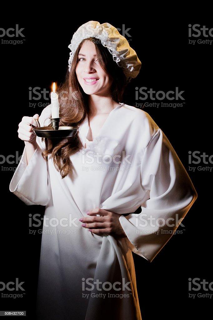 Jeune adulte femme en direction de lit - Photo