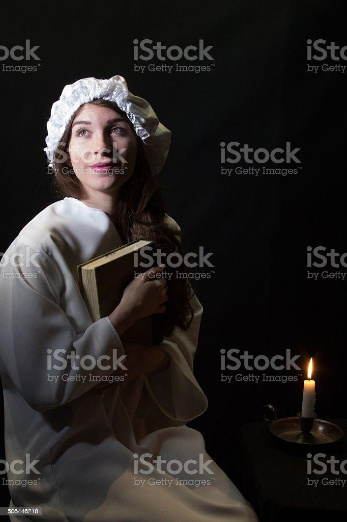Jeune adulte Femme tenant son livre à Son sein manque - Photo