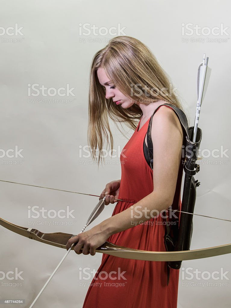 Adulto joven mujer de cargar su Bow - foto de stock