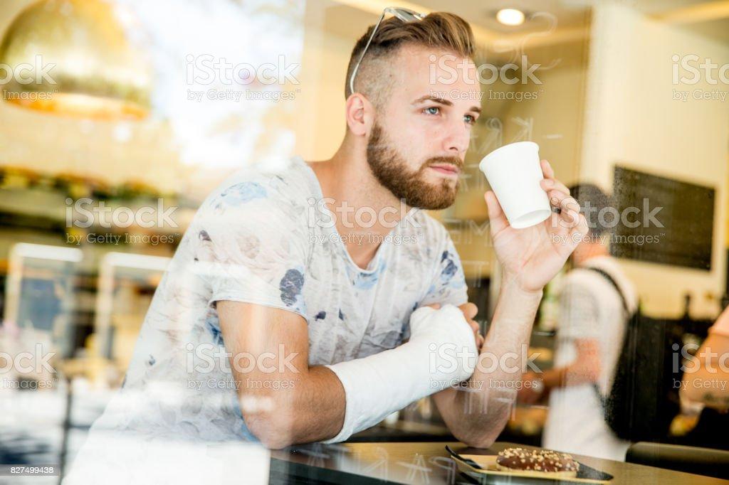 Joven adulto hombre guapo en la barra - foto de stock