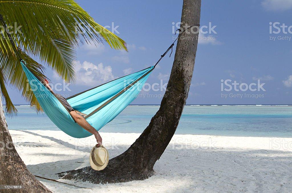 Jovem Adulto com um cochilo em uma rede de praia - foto de acervo