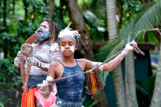 young adult indigenous australian woman dancing - традиционная церемония стоковые фото и изображения