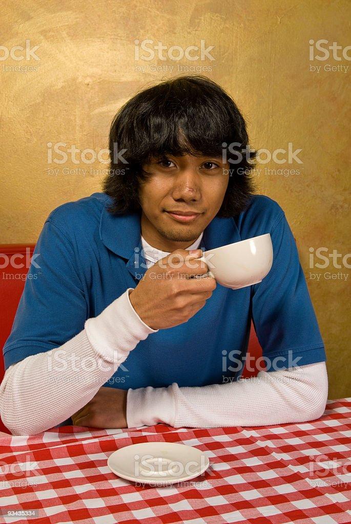 Junger Erwachsener Mann, trinkt Kaffee Lizenzfreies stock-foto