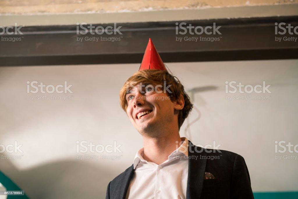 Junger Erwachsener Mann feiern Silvester oder achtzehnten Geburtstag in gemütlichen Wohnung innen – Foto