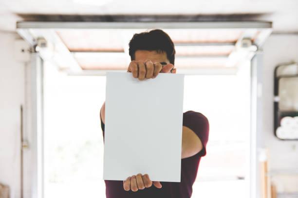 ung vuxen man håller vitboken - italy poster bildbanksfoton och bilder