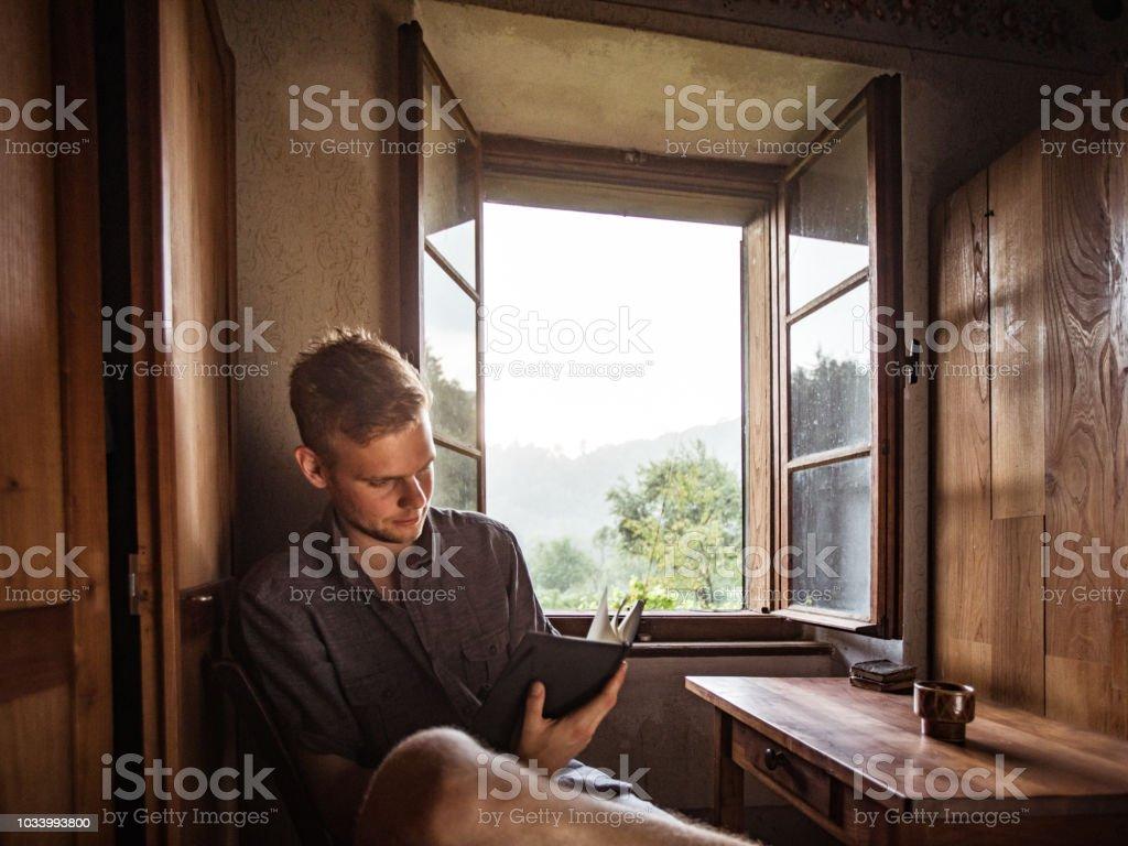 Photo Libre De Droit De Jeune Homme Adulte Lire Un Livre Dans Une Vieille Maison Banque D Images Et Plus D Images Libres De Droit De