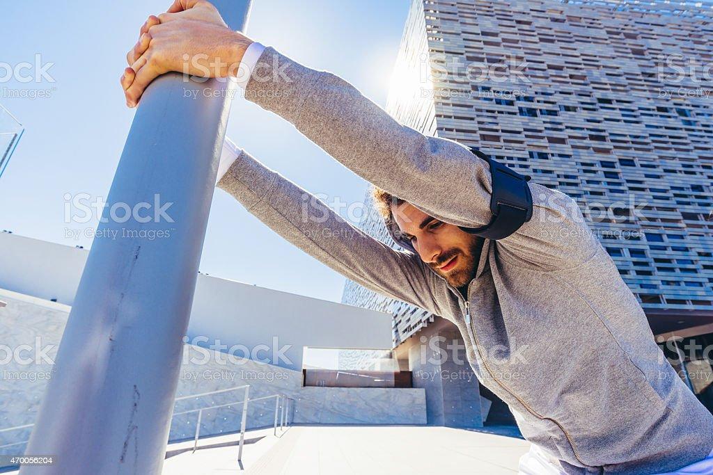 Junger Erwachsener Mann Stretching während des Trainings In der Stadt Lizenzfreies stock-foto