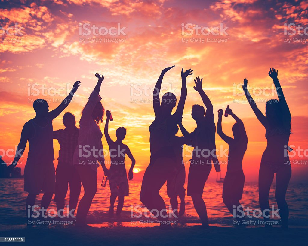 Adulto joven Summer Beach Party Dancing concepto - foto de stock