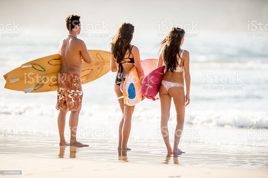 Junger Erwachsener surfer Freunde am Strand – Foto