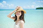 グアムのビーチを楽しむ若い女性タノワカジョセイ