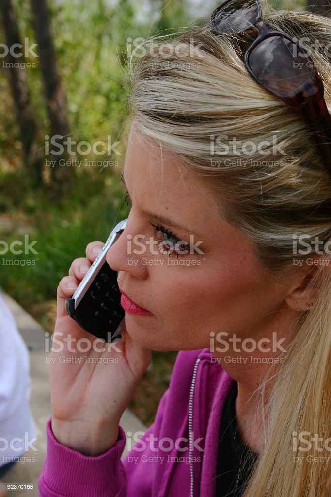 Junge Erwachsene Frau im Freien auf Handy Lizenzfreies stock-foto