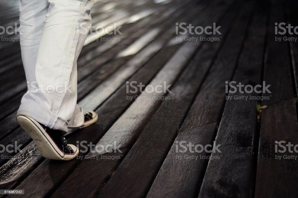 Молодые женщина, ходьба стоковое фото