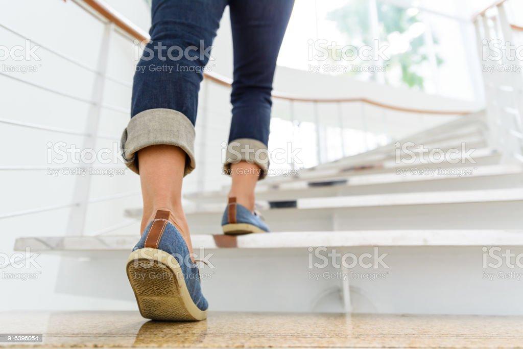 Junge Frau mit Sonne Sport Hintergrund Treppensteigen. – Foto