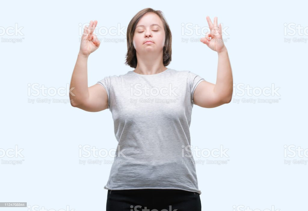 Joven Adulto Con Síndrome De Down Sobre Fondo Aislado Relajarse Y Sonreír  Con Los Ojos Cerrados Haciendo Gesto De Meditación Con Los Dedos Concepto  De Yoga Foto de stock y más banco