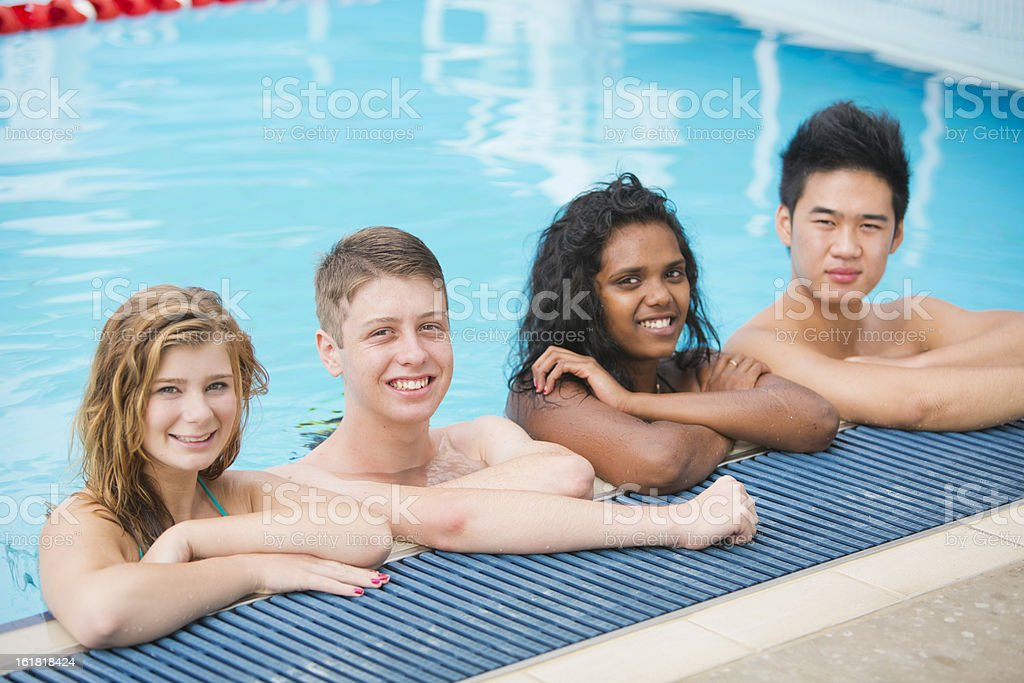 Junge Erwachsene am Pool – Foto