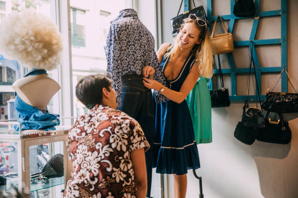junge erwachsene kleiden ein schaufenster - günstig nach amsterdam stock-fotos und bilder