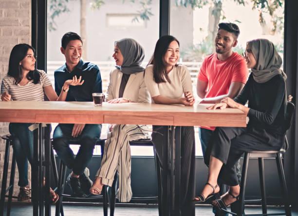 jonge volwassenen vrienden verzamelen bij café - maleisië stockfoto's en -beelden