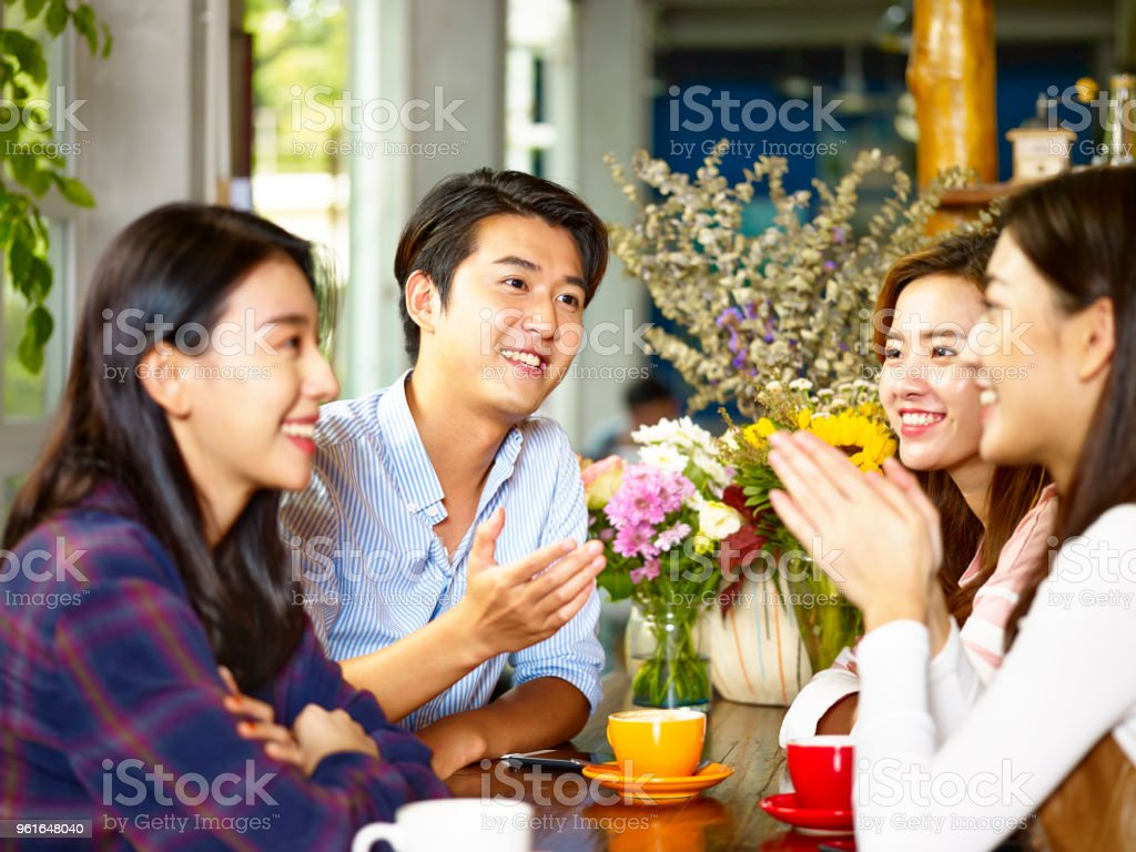 若い大人のコーヒー ショップで収集 ストックフォト