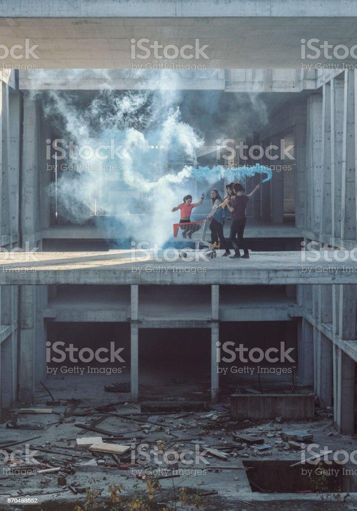 Jovens adultos se divertindo no canteiro de obras abandonado - foto de acervo