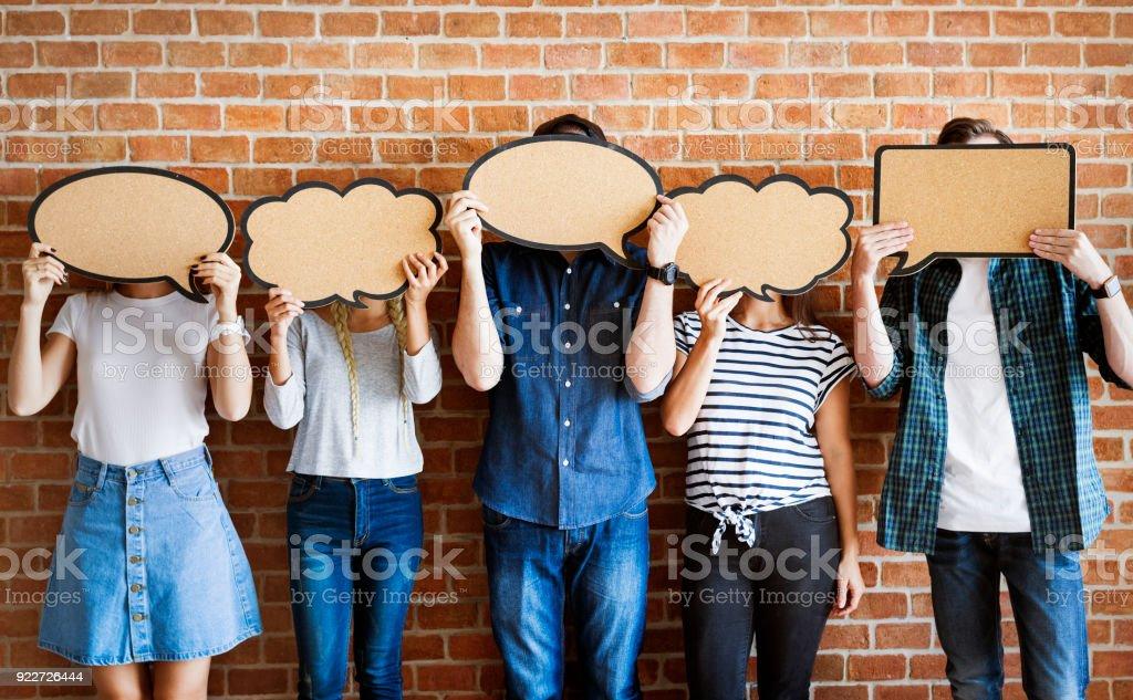 Junge Erwachsene hochhalten textfreiraum Plakat Sprechblasen – Foto