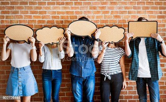 Fotografía de Adultos Jóvenes Con Copia Espacio Cartel Burbujas De Pensamiento y más banco de imágenes de Adolescente