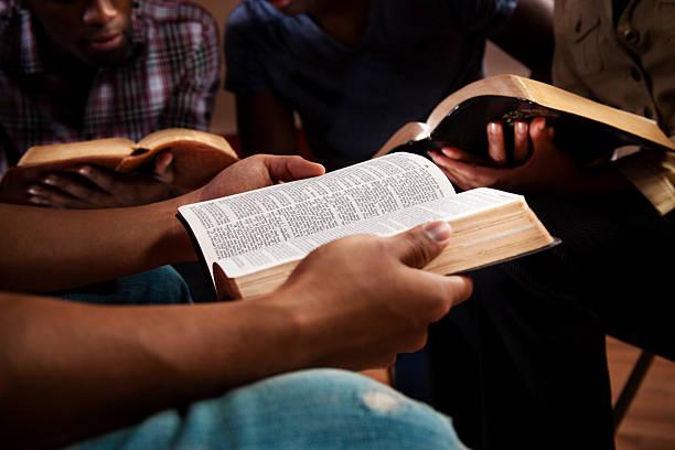młodych dorosłych w biblii badania. - grupa przedmiotów zdjęcia i obrazy z banku zdjęć