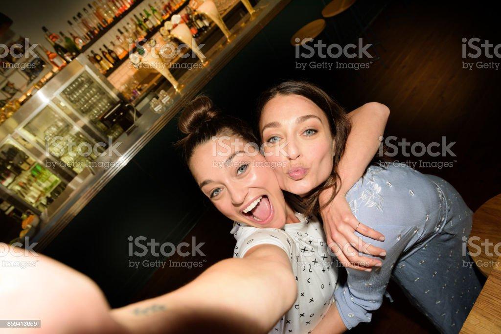 Junge Erwachsene in der bar ein selfie aufnehmen – Foto