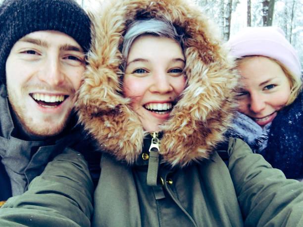 tempere, 핀란드에는 selfie를 복용 하는 젊은 성인 - 핀란드 뉴스 사진 이미지