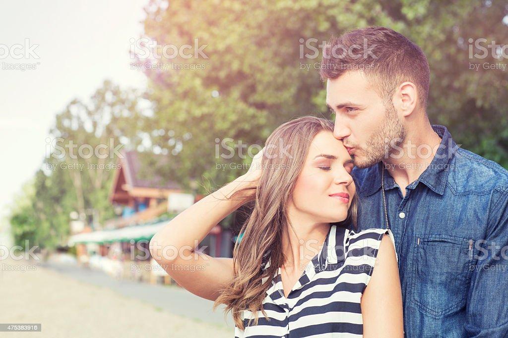 Cariñoso Pareja joven al aire libre - foto de stock
