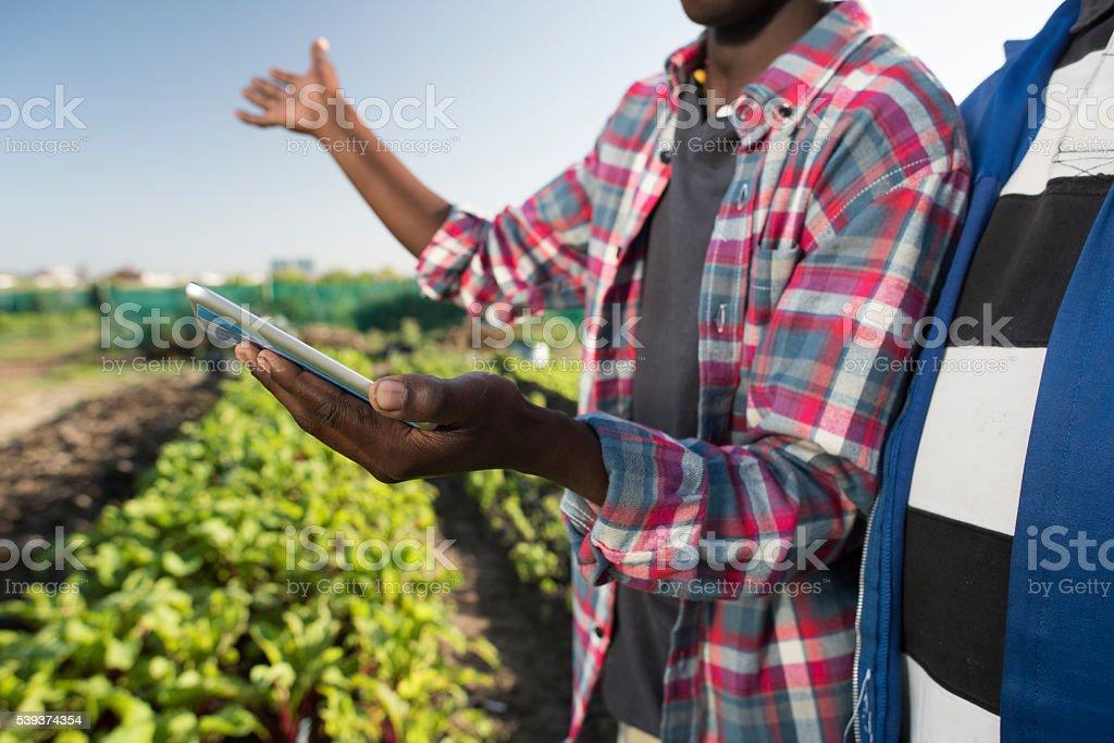 Jeune africaine avec tablette adulte consultation d