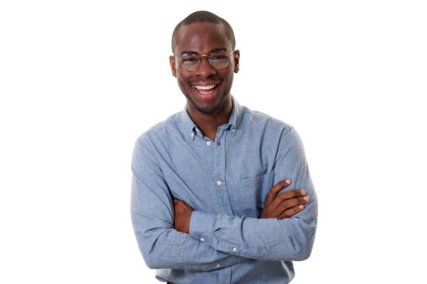 Junger afrikanischer amerikanischer Geschäftsmann mit Brille lächelnd mit Waffen, die vor isoliertem weißen Hintergrund gekreuzt sind – Foto