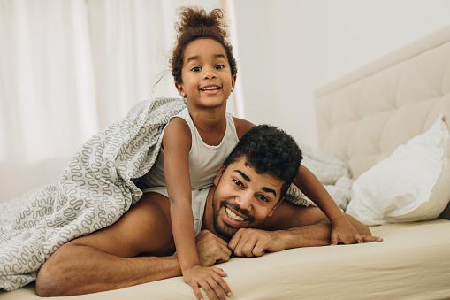 Ung African American Far Och Dotter Liggande På Sängen På Morgonen-foton och fler bilder på Afrikanskt ursprung