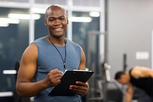 young african american macho de un entrenador personal. - entrenador personal fotografías e imágenes de stock