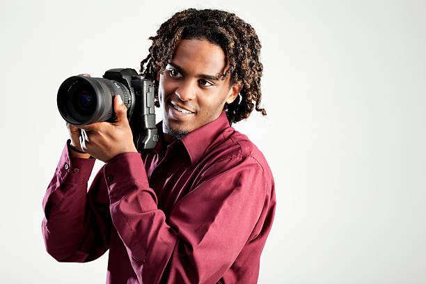 jungen afroamerikanischen männlichen fotografen - rote dreads stock-fotos und bilder