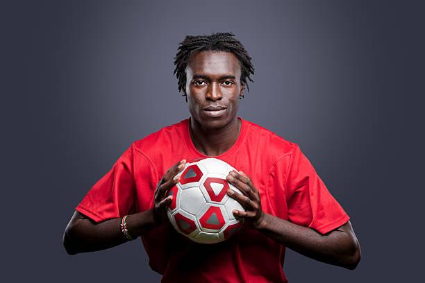 junge afrikanische amerikanische mann soccer player - rote dreads stock-fotos und bilder