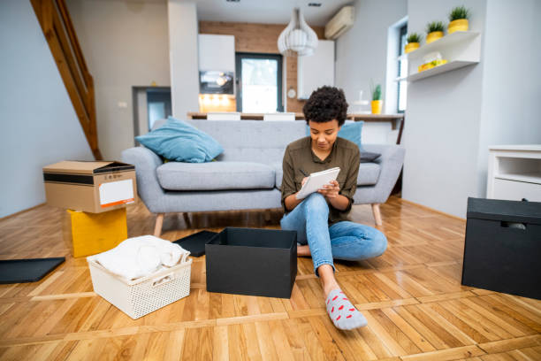 Young African American Woman Notizen und Verpackung – Foto