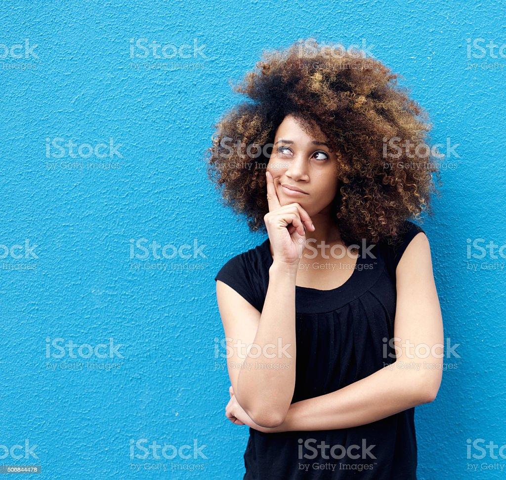 Jeune femme afro-américaine avec afro pensée - Photo