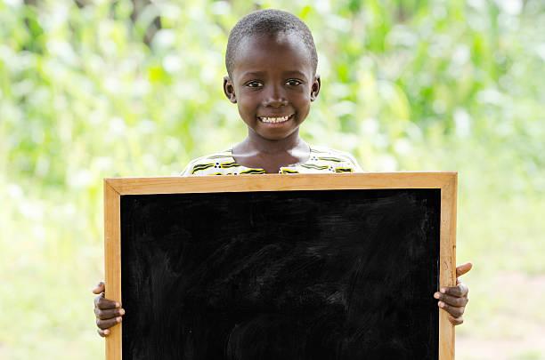 junge afrikanische junge holding tafel im freien für kommunikation symbol - sprüche kinderlachen stock-fotos und bilder