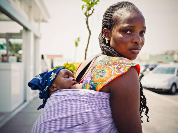 Jeune mère d'émigrés africaine avec bébé - Photo