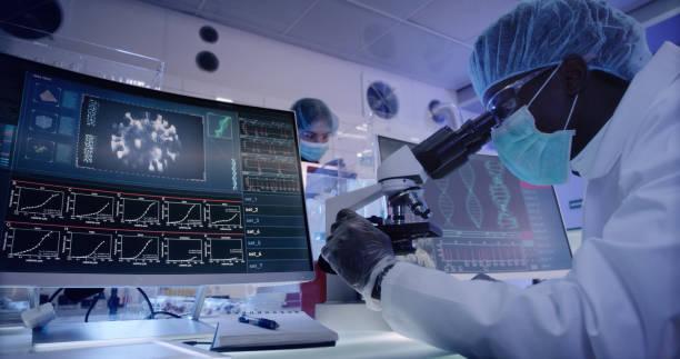 코로나 바이러스를 연구 하는 젊은 아프리카 민족 미생물학자. 현미경을 통해 보고 - covid vaccine 뉴스 사진 이미지