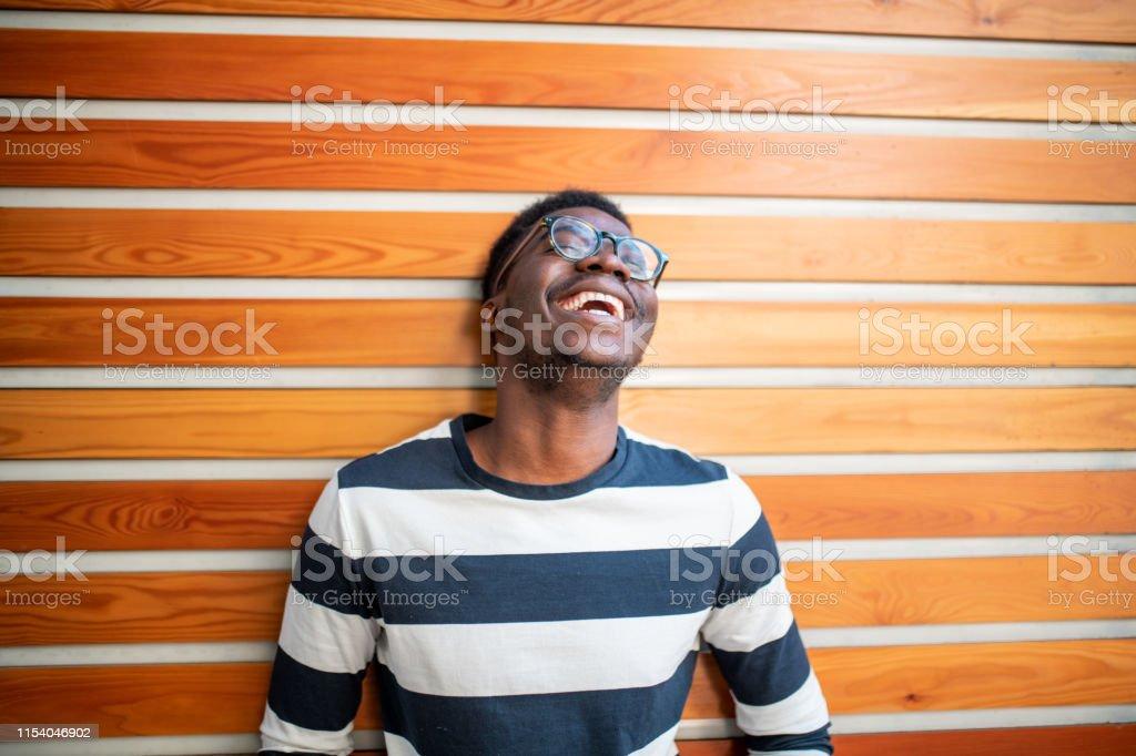 Junger afrikanischer Mann lachte. - Lizenzfrei 20-24 Jahre Stock-Foto