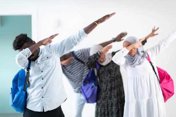 junge afrikanische Studenten modern tanzen – Foto