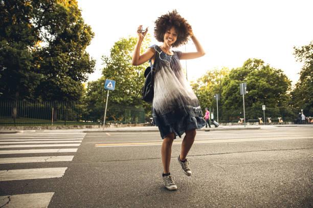 ung afrikansk tonåring dansar i stadens gator - street dance bildbanksfoton och bilder