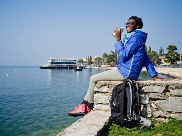 Femme jeune touriste africaine, profitant de la vue du lac de garde - Photo