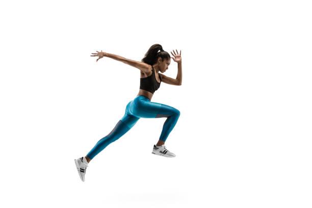 junge afrikanerin läuft oder joggt isoliert auf weißem studiohintergrund. - joggerin stock-fotos und bilder